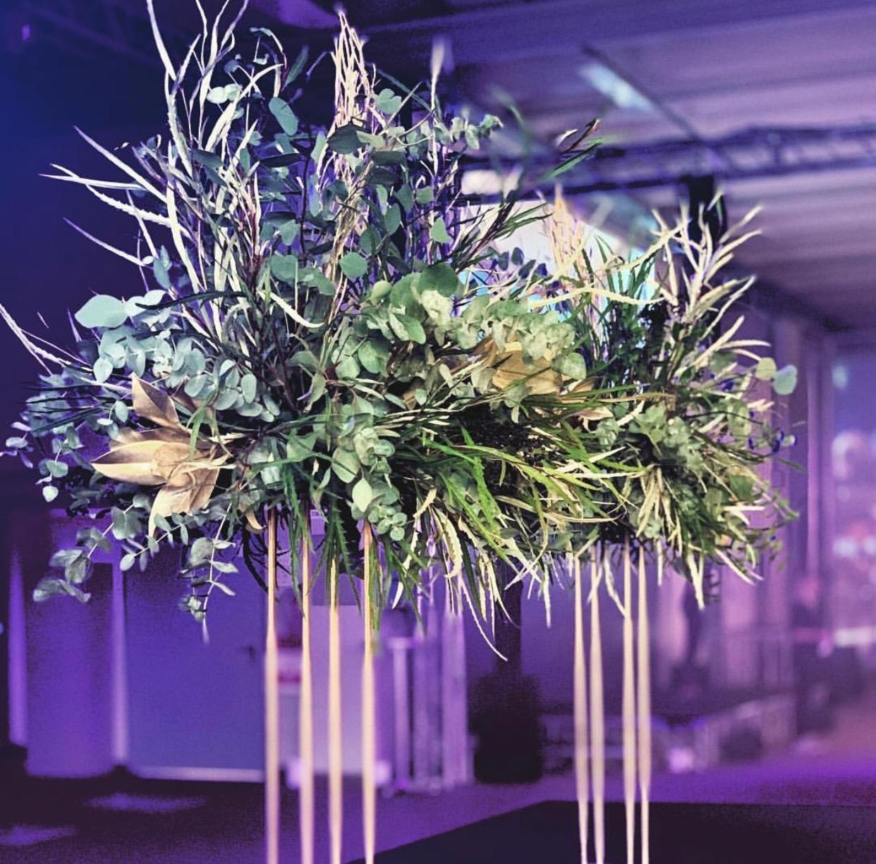 cvetni aranzmani sa zelenilom na zlatnom stalku
