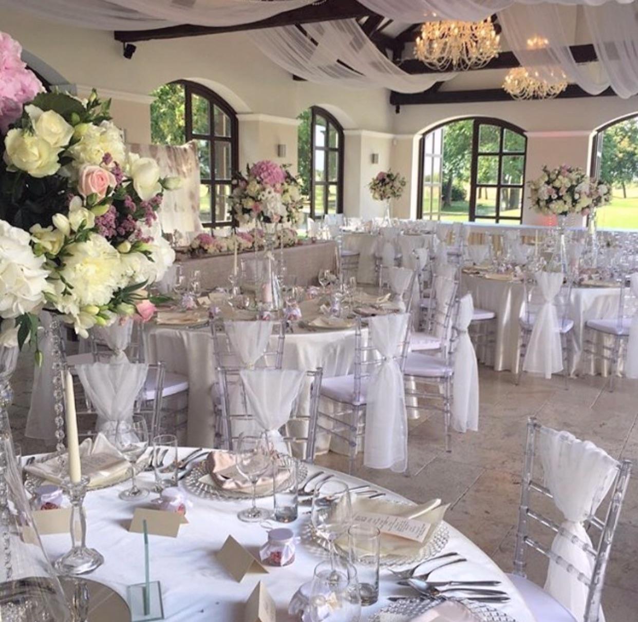 cvetni aranzmani u visokim vayama ya dekoraciju svadbe