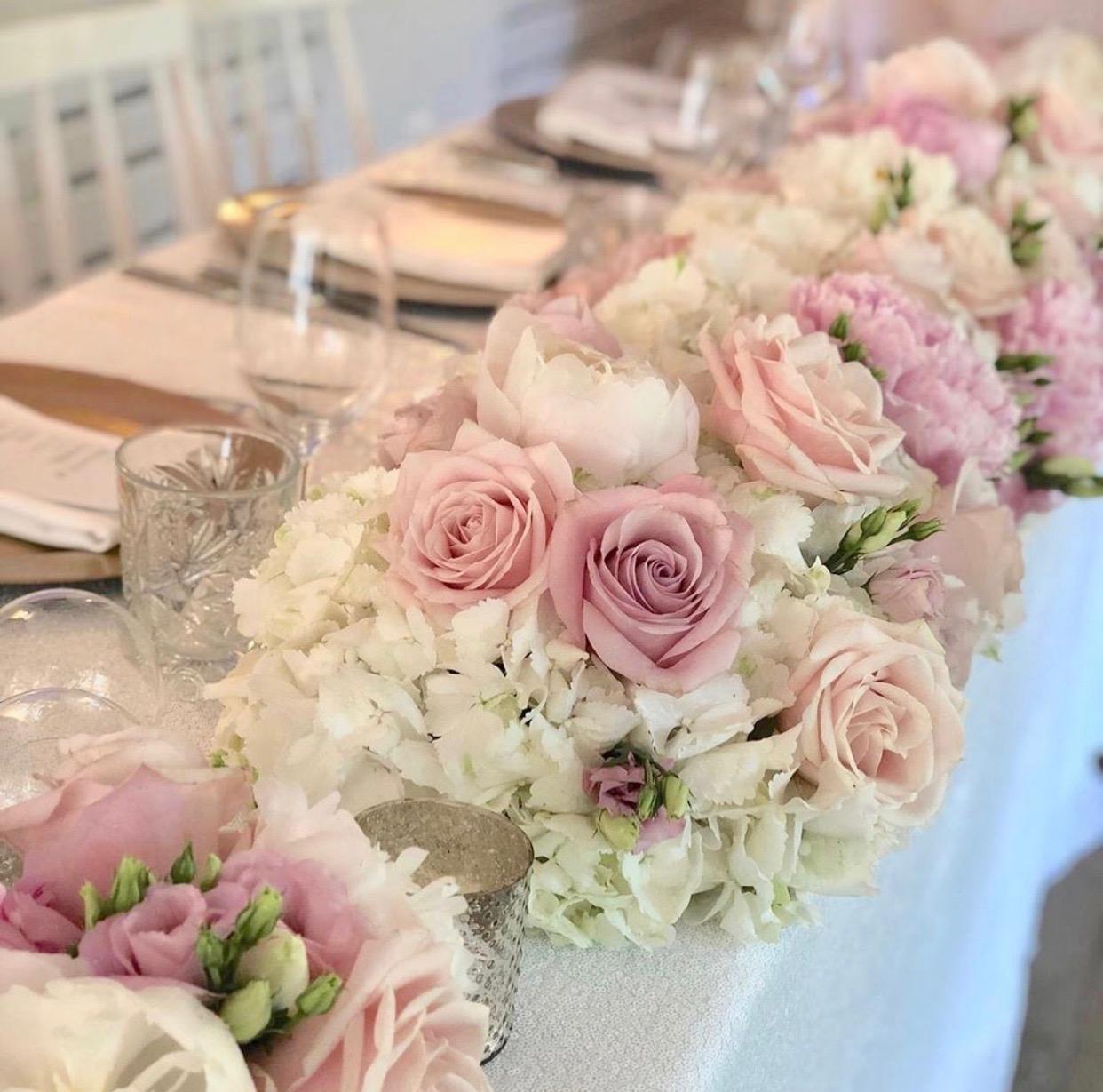 cvetni venac od ruza i hortenzija za dekoraciju mladenackog stola