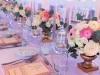 cvetni aranzmani na zlatnom stalku sa svecama