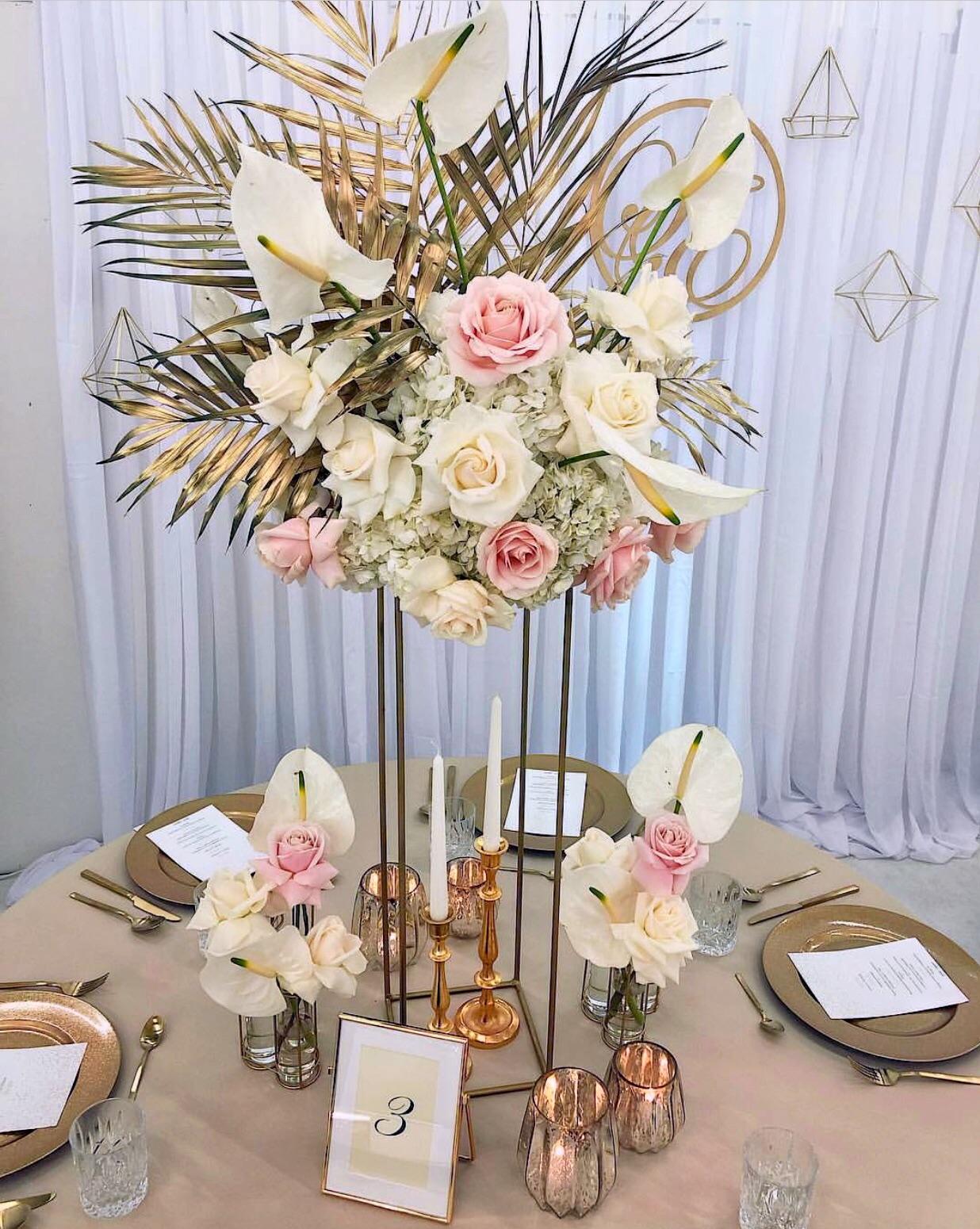 dekoracija vencanja aranzmani sa palminim listom