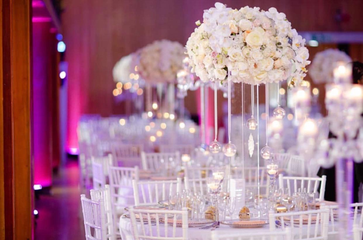 dekoracija vencanja belim ruzama i nezno roze cvecem