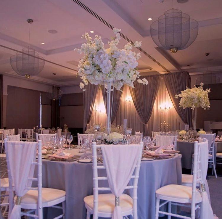 sivo bela dekoracija vencanja sa cvetnim aranzmanima