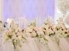 dekoracija mladenackog stola cvetnim buketima
