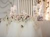 dekoracija mladenackog stola cvetnim vencem