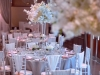 sivo belo roze dekoracija vencanja sa belim cvetnim aranzmanima