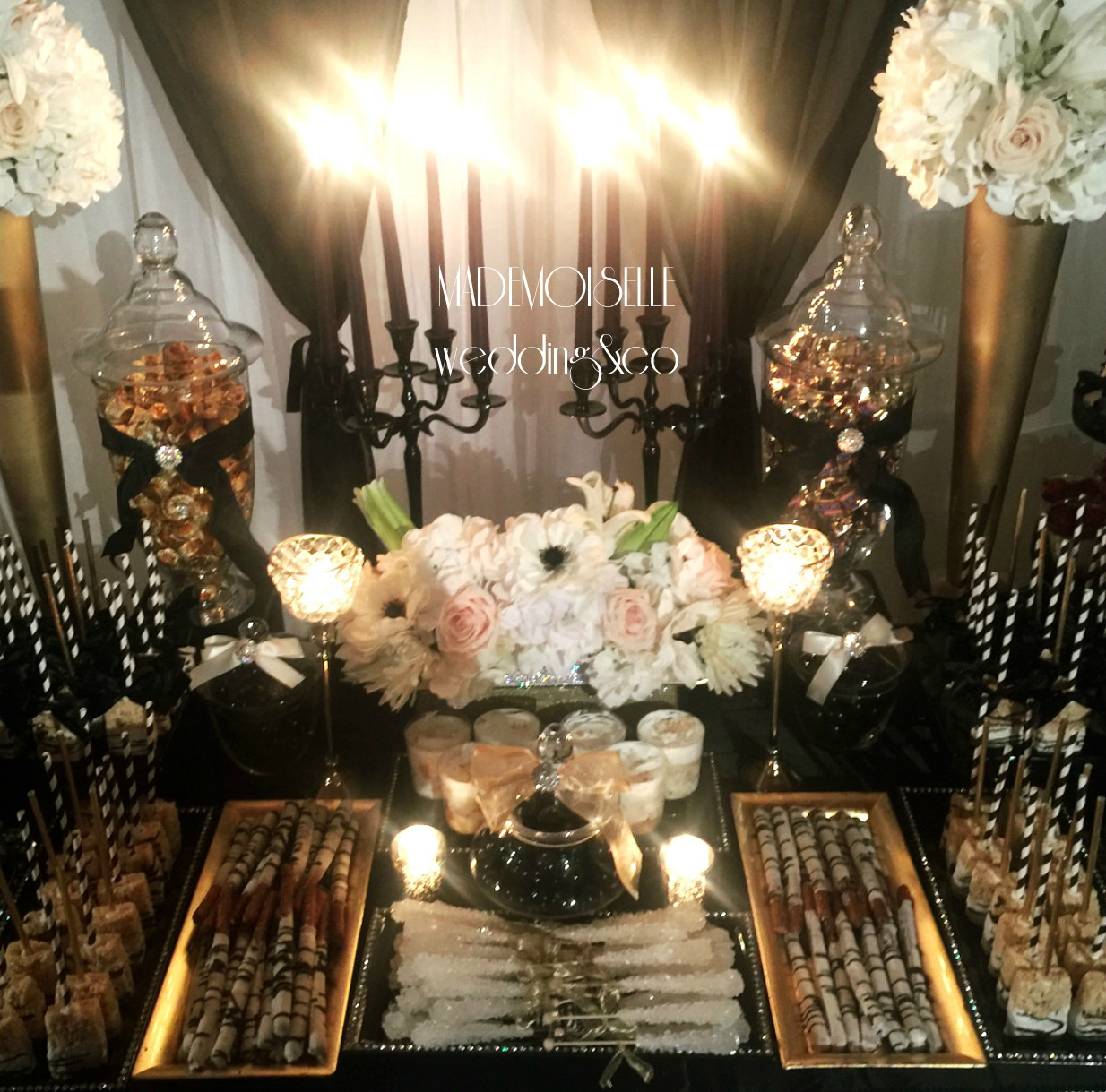 Slatki sto-dekoracija za slatki sto-dekoracija slatkog stola-kolaci-cupecakes-crno zlatna dekoracija slatkog stola-muffins-cakepops-dekoracija krstenja-beograd