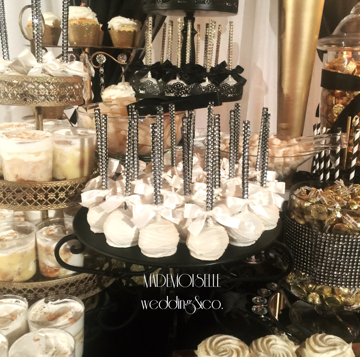 Slatki sto-dekoracija za slatki sto-dekoracija slatkog stola-kolaci-cupecakes-crno zlatna dekoracija slatkog stola-muffins-cakepops-dekoracija krstenja-slatki sto nis