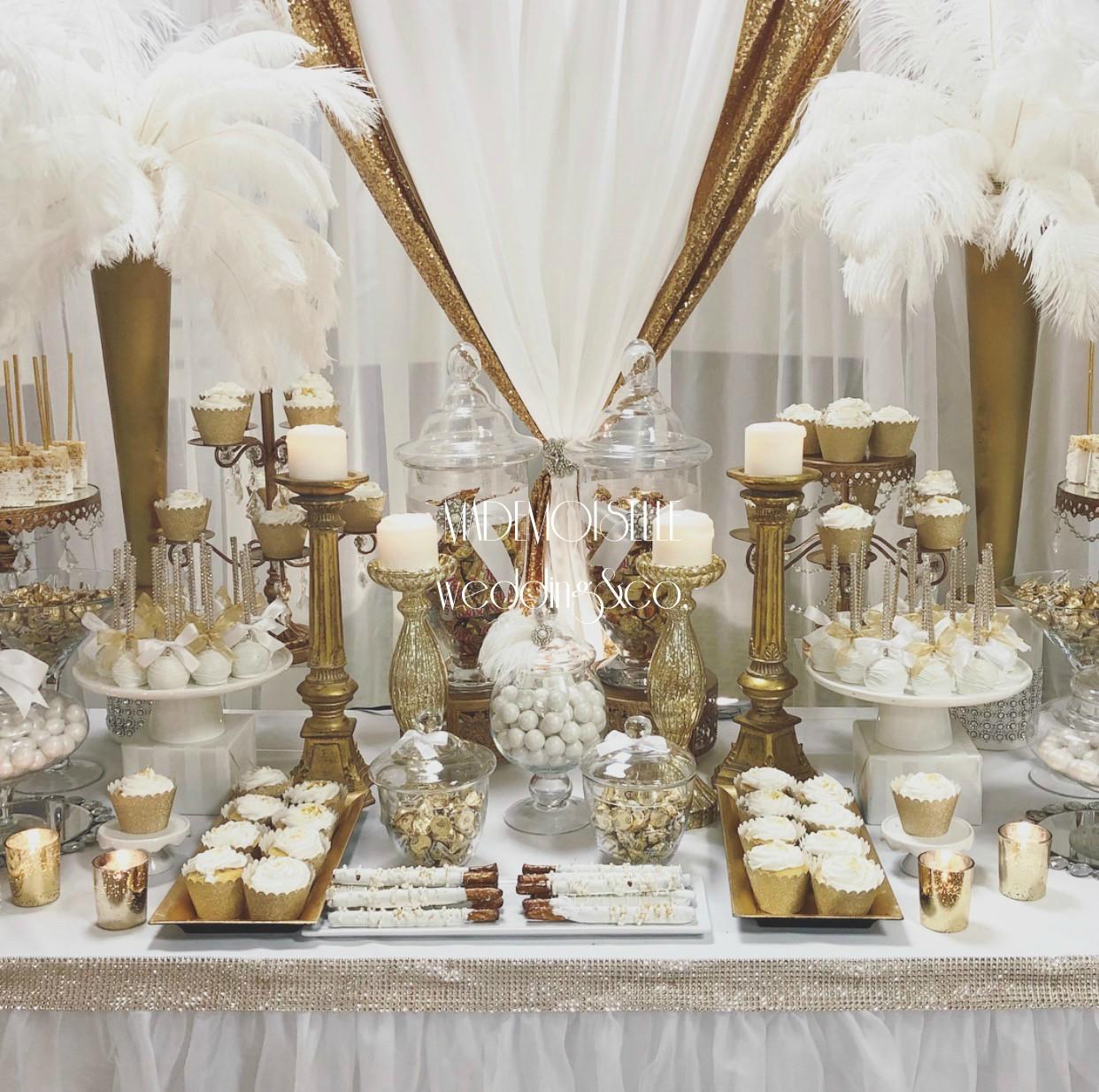 Slatki sto-dekoracija za slatki sto-dekoracija slatkog stola-kolaci-cupecakes-zlatna dekoracija slatkog stola-muffins-cakepops-perje-belo perje-dekoracija belim perjem-dekoracija rodjendana