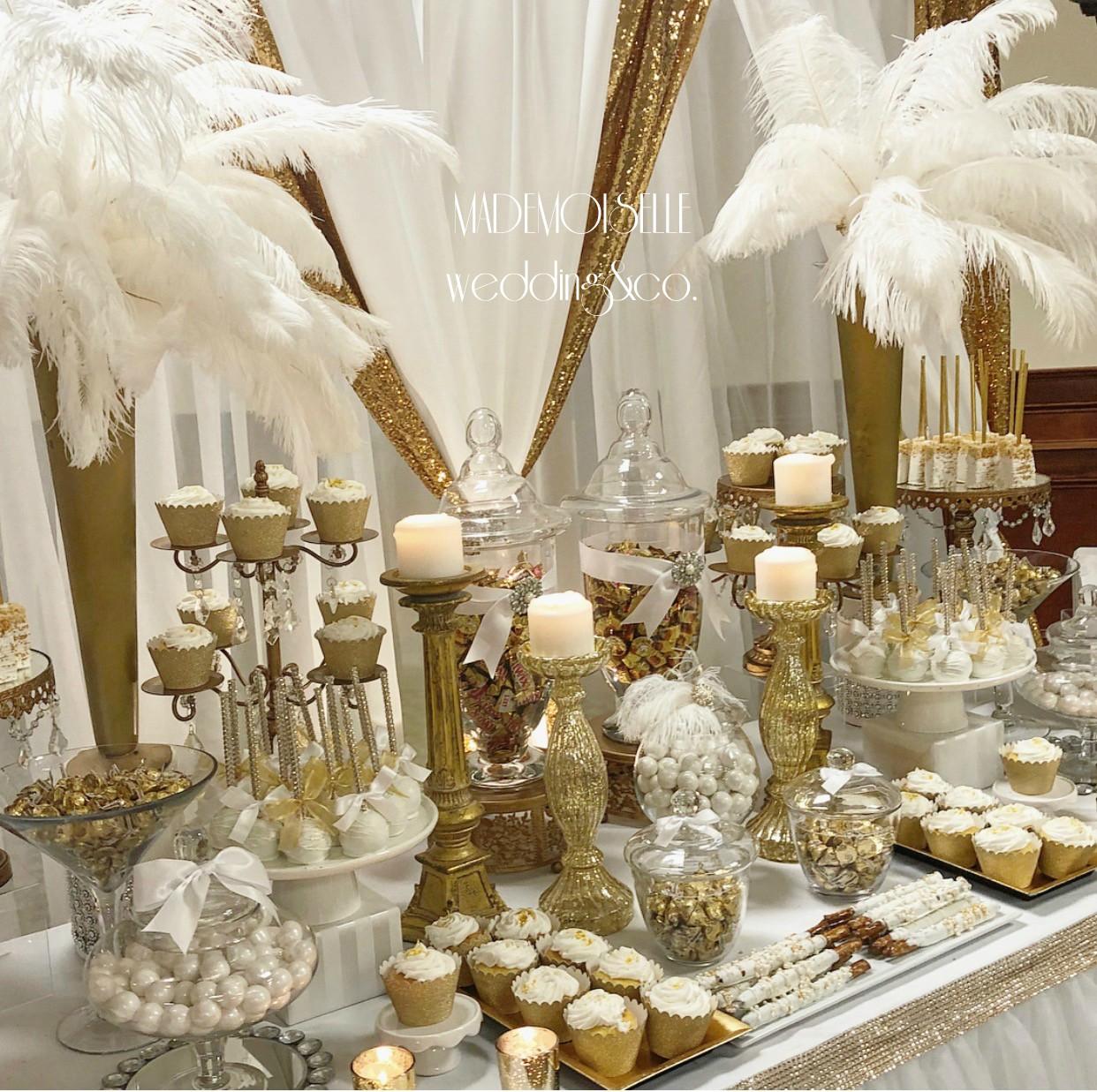 Slatki sto-dekoracija za slatki sto-dekoracija slatkog stola-kolaci-cupecakes-zlatna dekoracija slatkog stola-muffins-cakepops-perje-belo perje-dekoracija belim perjem