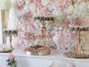 IMG_E4502-slatki sto-dekoracija slatkog stola-roze beli cvetni zid od ruza-cupecakes-kolacici za slatki sto-dekoracija rodjendana-dekoracija vencanja