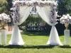 IMG-3752-baldahina za vencanje-vencanje u prirodi-vencanje na otvorenom-dekoracija vencanja-baldahina-stubovi sa cvecem-roze belo cvece-ruze